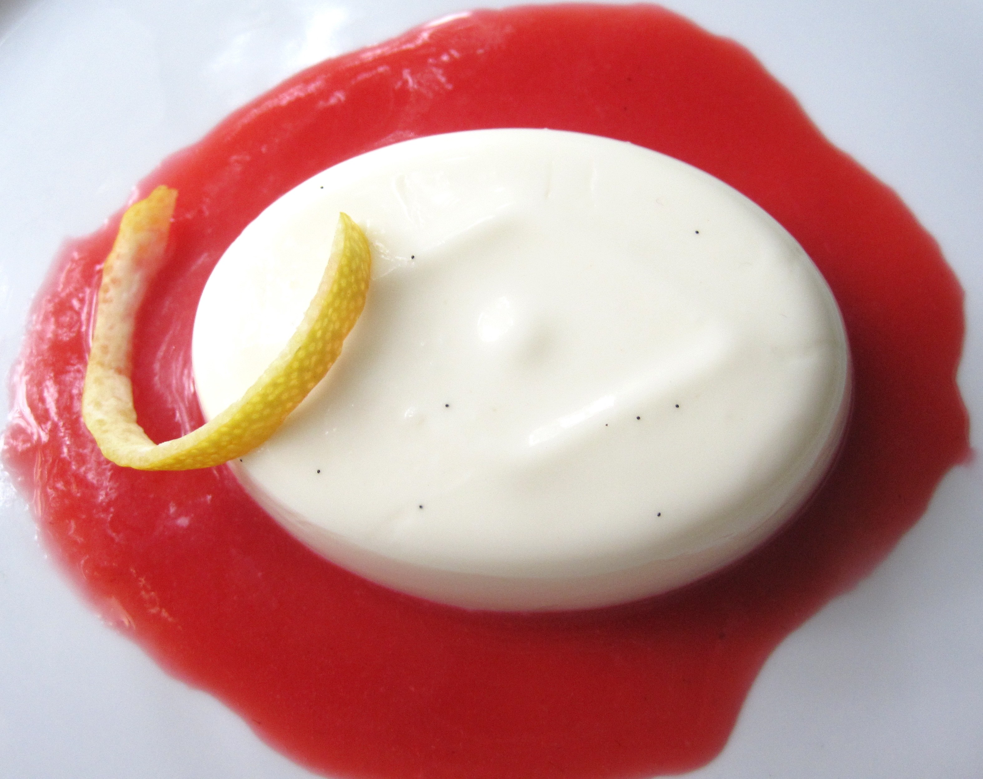 Limoncello-flavoured panna cotta with fresh strawberry sauce